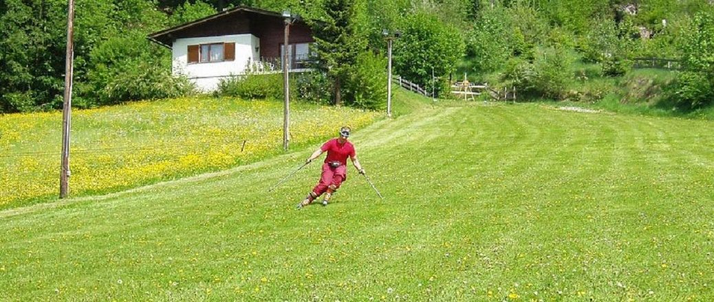 Skiër op piste van gras