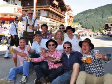 almabtrieb-bier-gezelligheid-vriendengroep