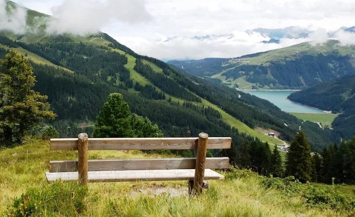 alpen-bergen-groen-bankje-meer