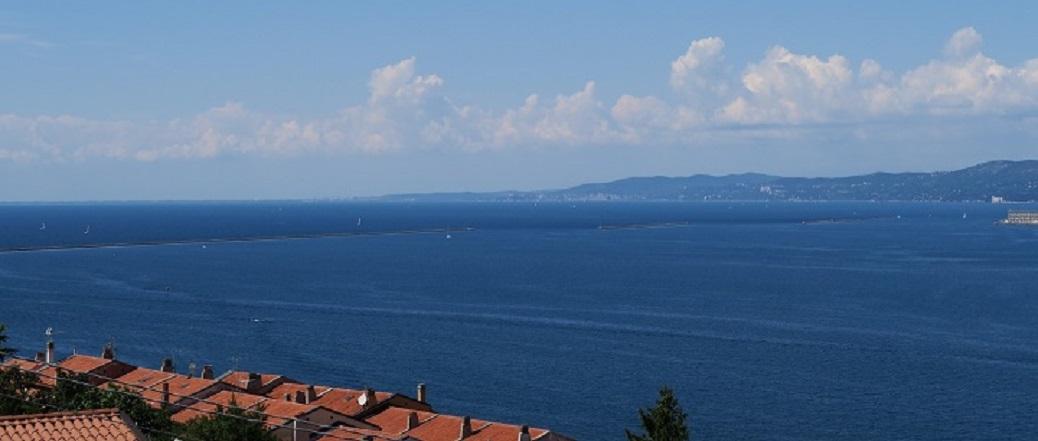 Daken van huizen bij blauwe zee