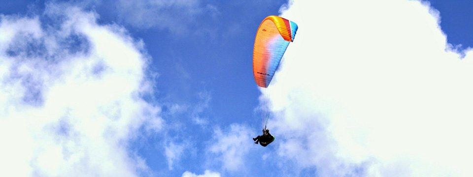 Paragliding over het adembenemende landschap