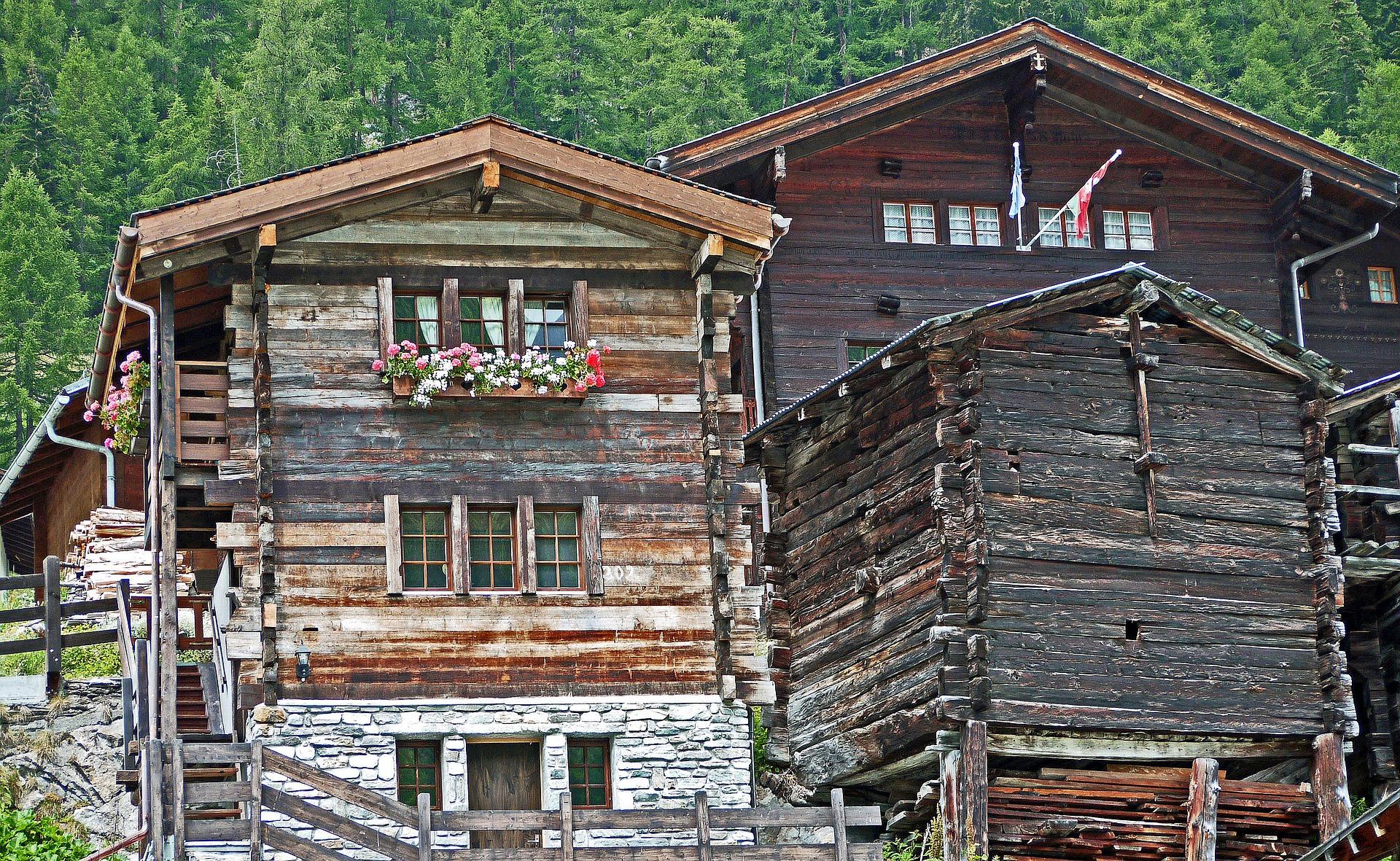 De authentieke houten huisjes in het Lötschental
