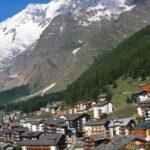 Het Saasdal: een zonnig Zwitsers dal omgeven door indrukwekkende bergtoppen