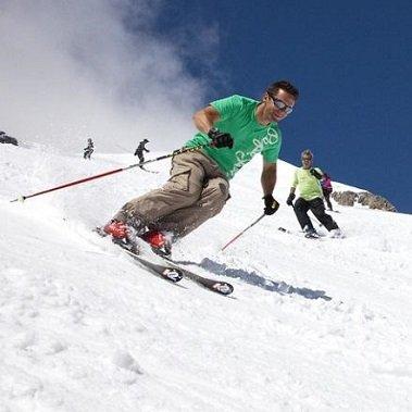 Genieten van de zon tijdens skiën in de herfst!
