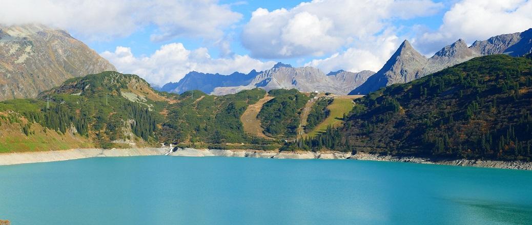 Blauw meer in bergen