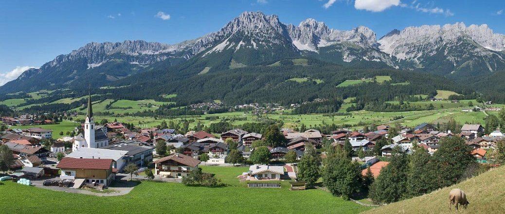 Dorp met kerk voor bergen