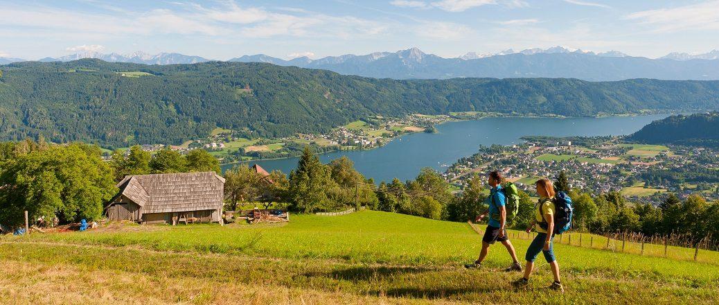Wandelaars in bergen met meer op achtergrond