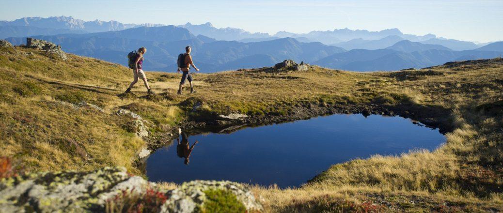 Twee wandelaars bij een bergmeertje