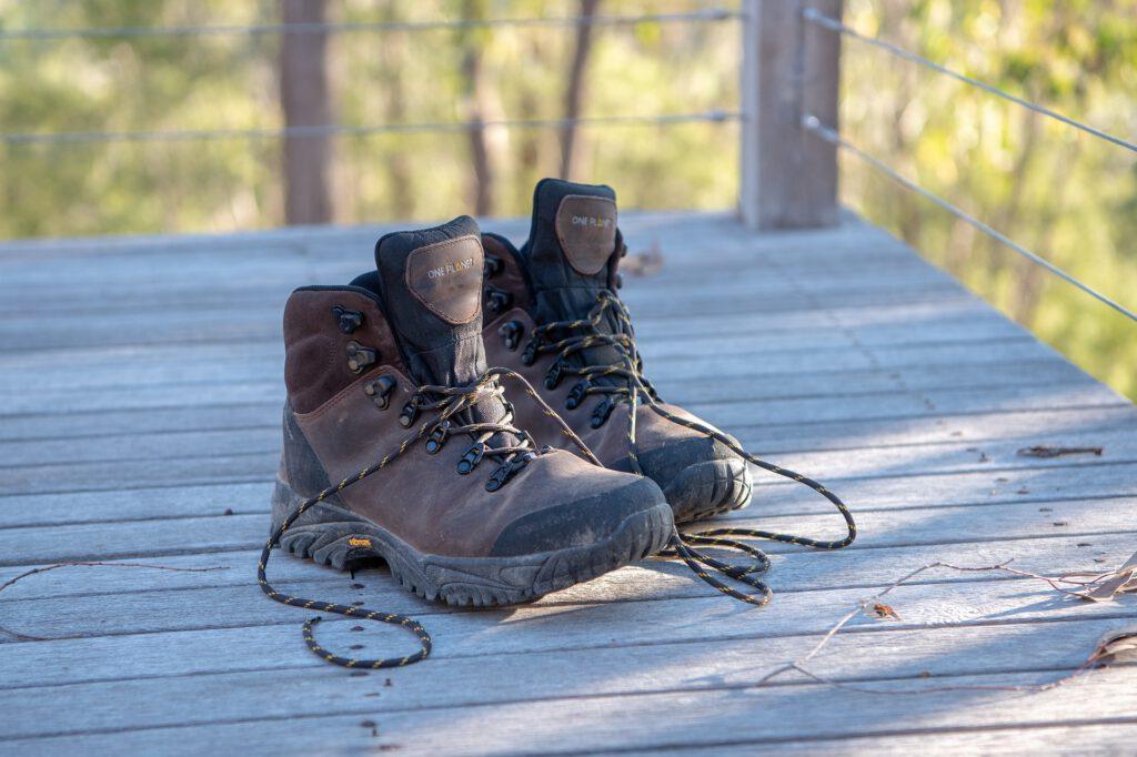 Een paar bruine wandelschoenen
