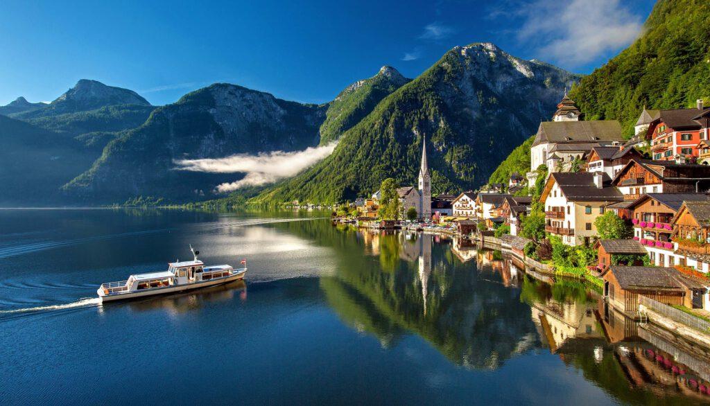 Dorp aan meer in de bergen