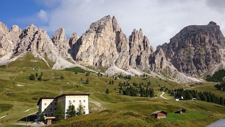 Bergketen met gras op voorgrond