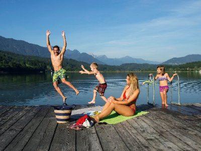 Gezin met kinderen speelt bij het water