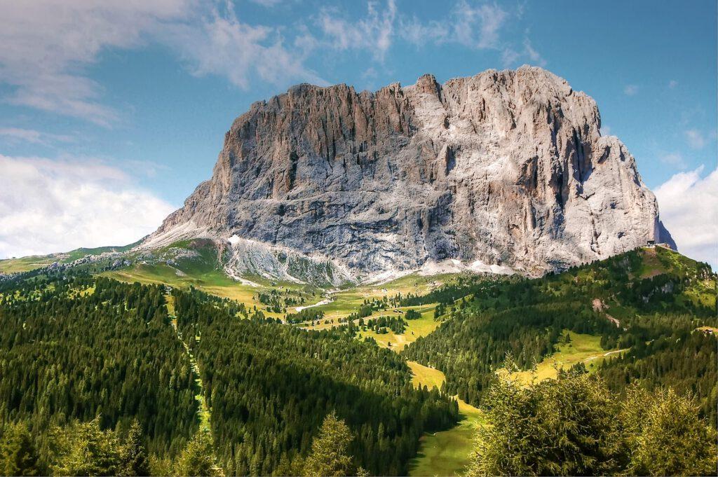 Rotsen torenen uit met gras begroeid landschap
