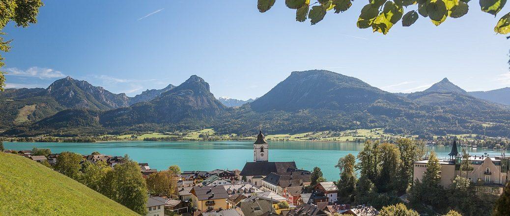 Dorp aan een meer in de bergen