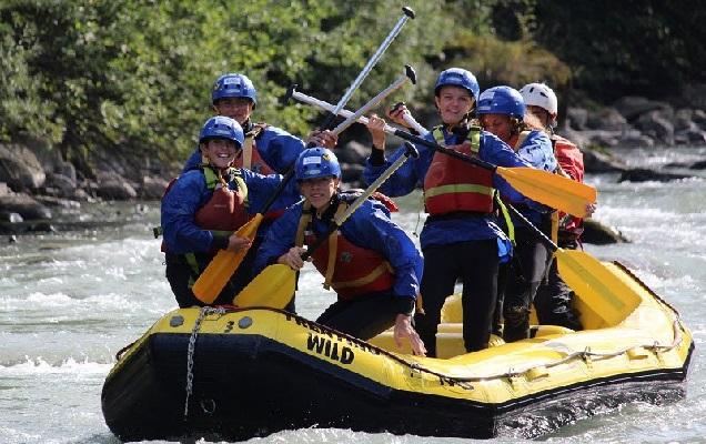 Groep mensen op een raft in een rivier