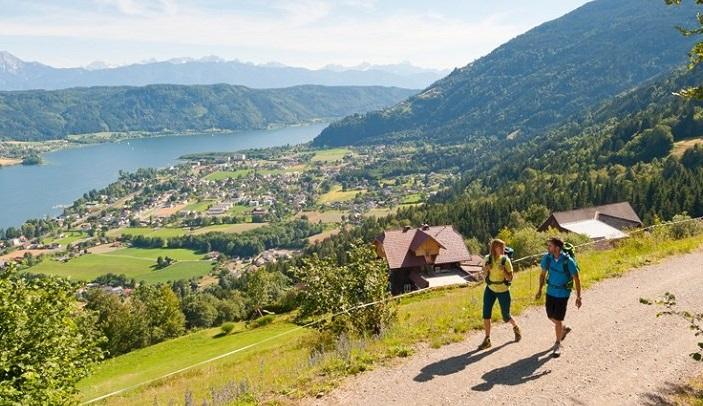 Vrouw en man wandelen in de buurt van meer in de bergen