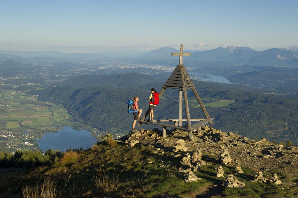 Twee wandelaars op berg met uitzicht