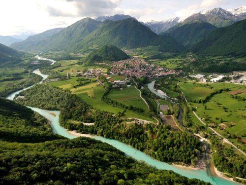 Groen berglandschap met blauwe rivier