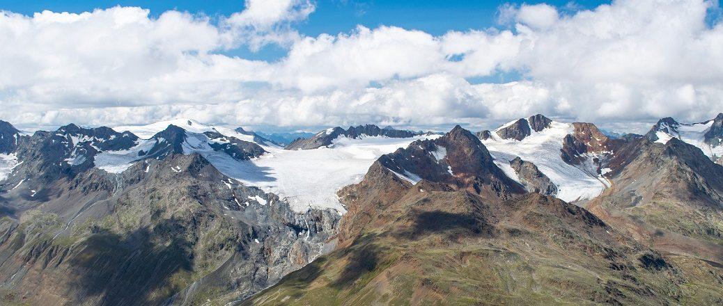Besneeuwde bergtoppen met wolken erboven