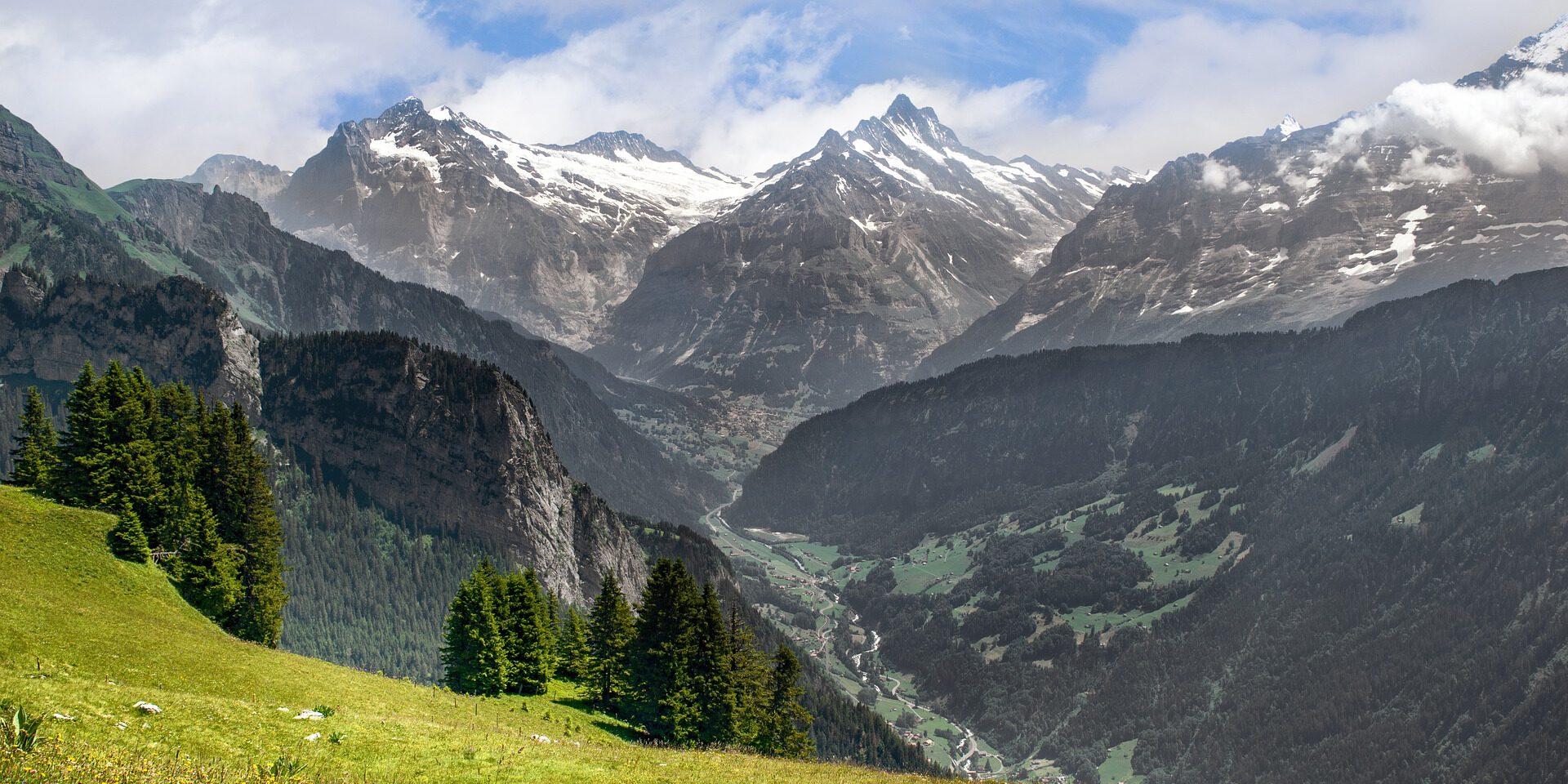 Uitzicht vanaf berg over een dorp in het dal
