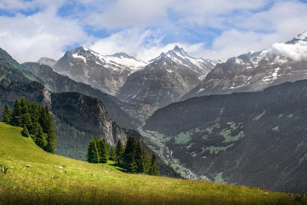Uitzicht op dal tussen de bergen