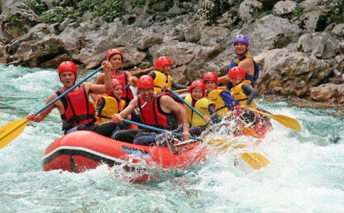 Groep mensen op raft in water