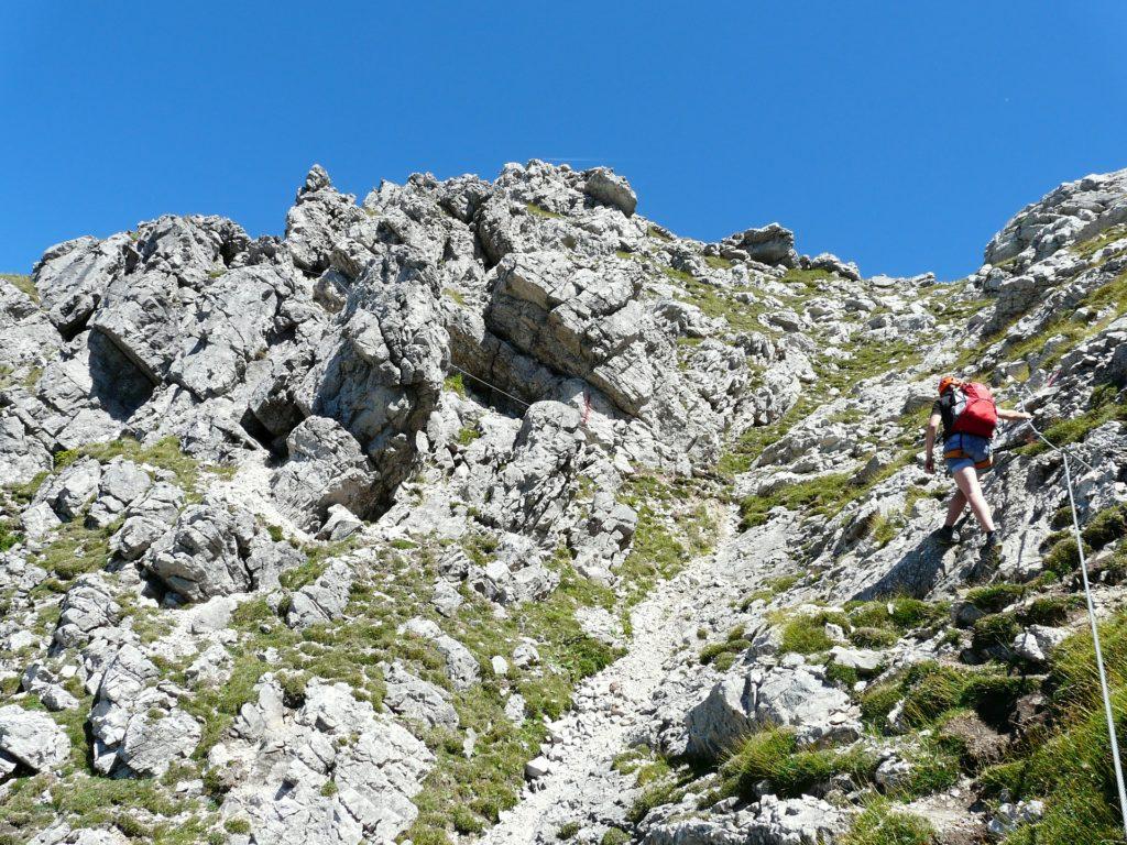 Vrouw op klettersteig in rotsen