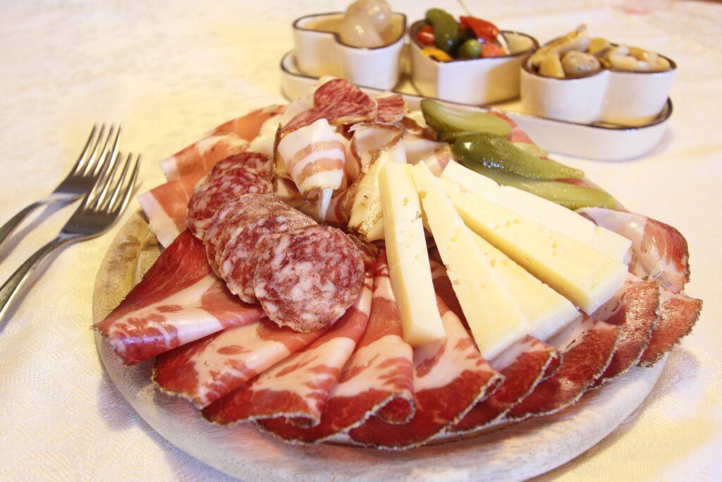 Bord met vleeswaren en kaas