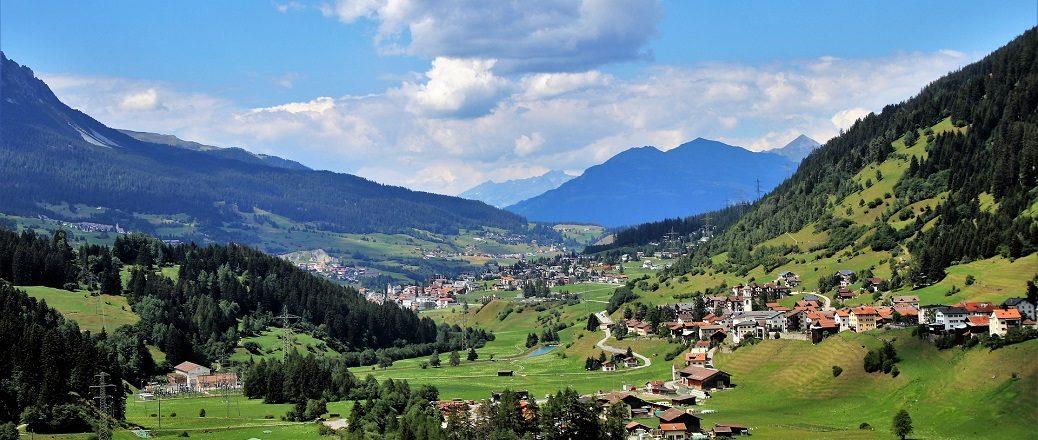 Huizen in groen dal tussen bergen