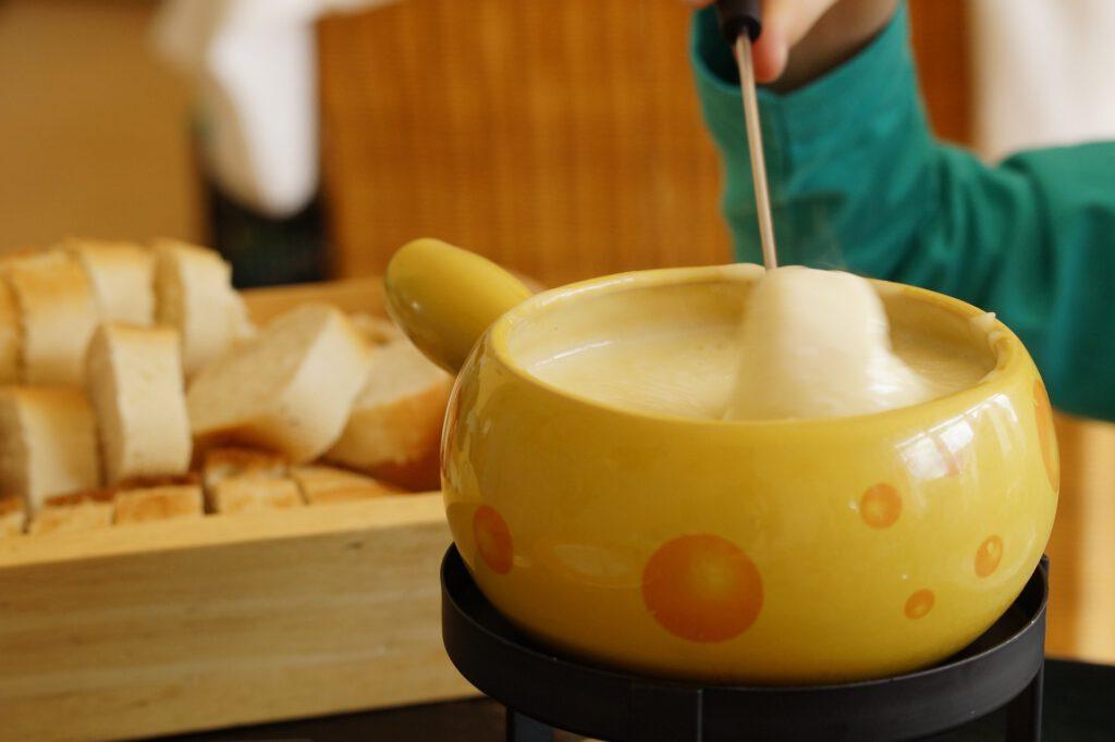 Pan met kaasmotief met kaasfondue er in