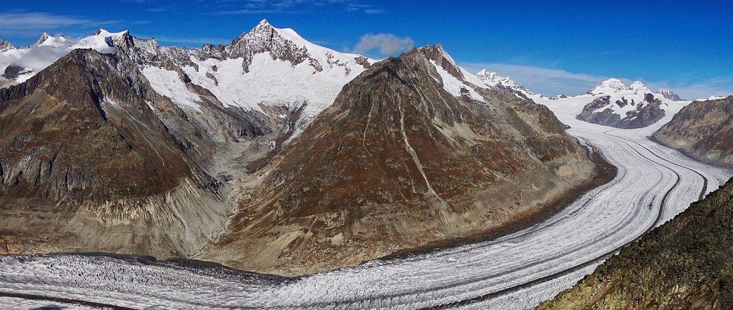 Uitzicht over een gletsjer tussen rotsige bergen