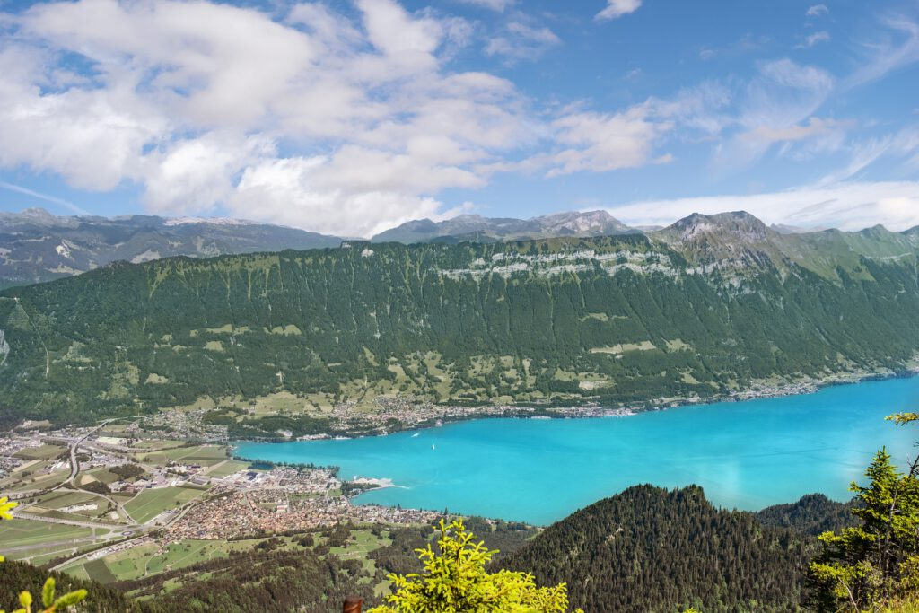 Uitzicht vanaf een berg op een plaats aan een blauw meer