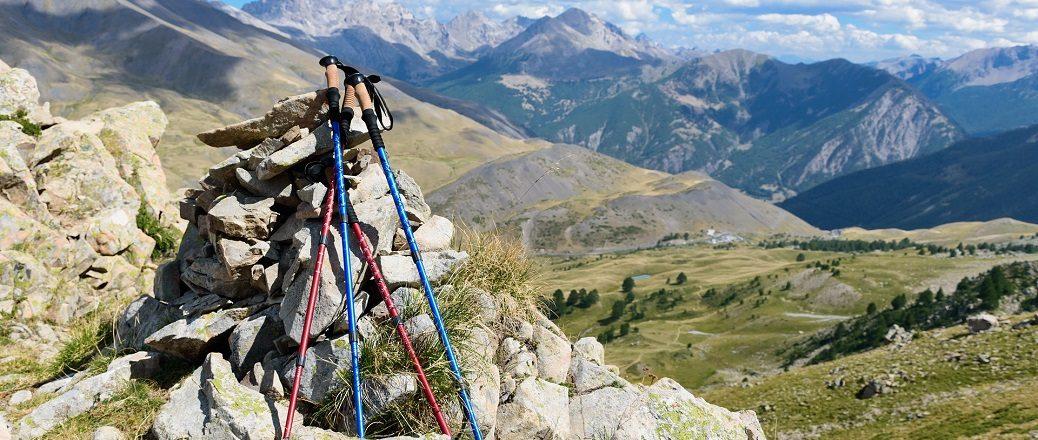 wandelstokken rusten tegen steen in de bergen