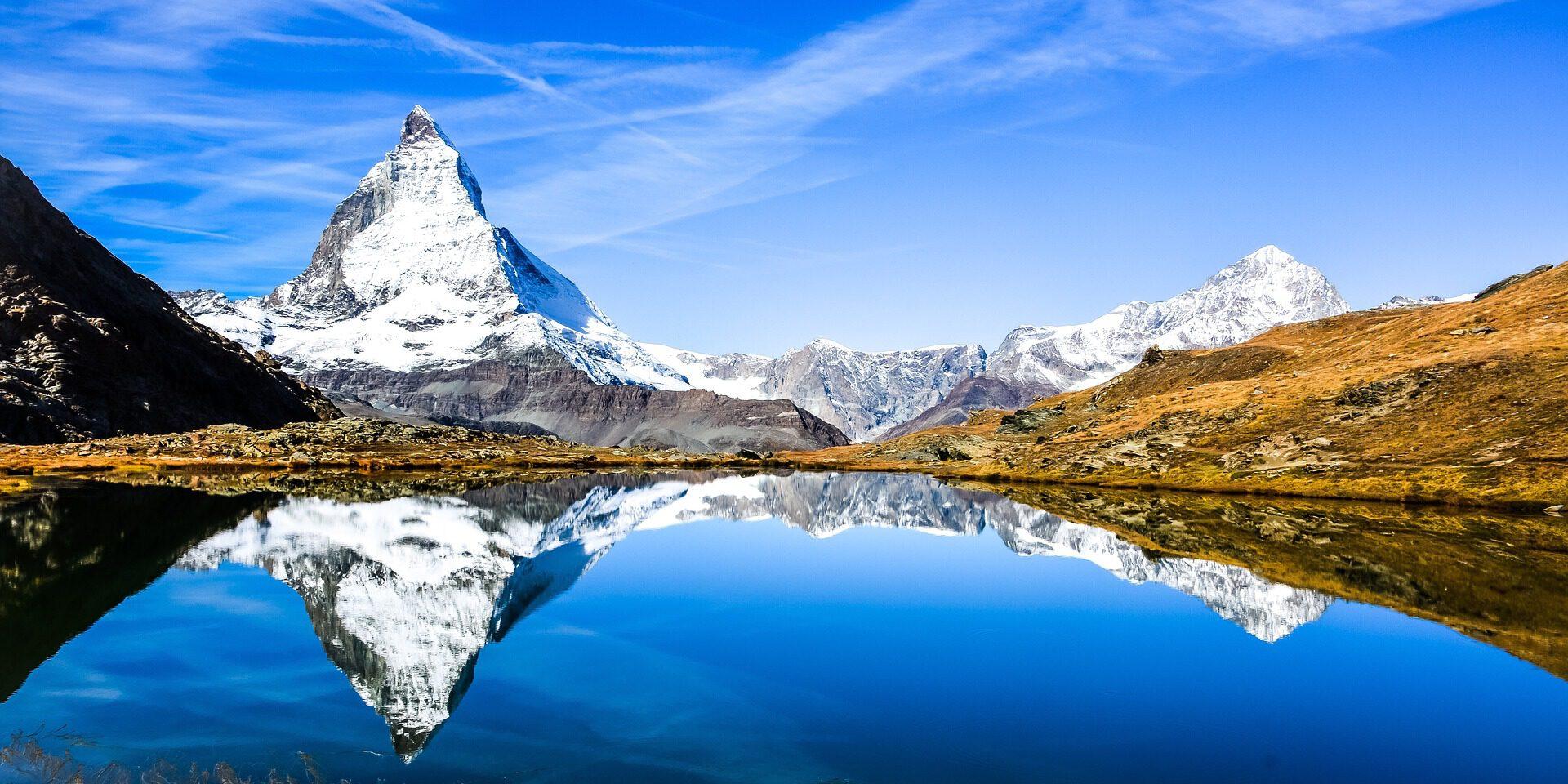 Berg weerspiegeld in een meer