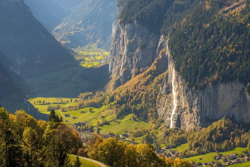 Groen dal in bergen met rotswanden