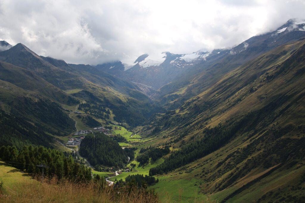 Dal in de bergen met wolken