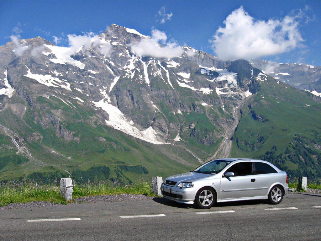 Auto met bergen op achtergrond