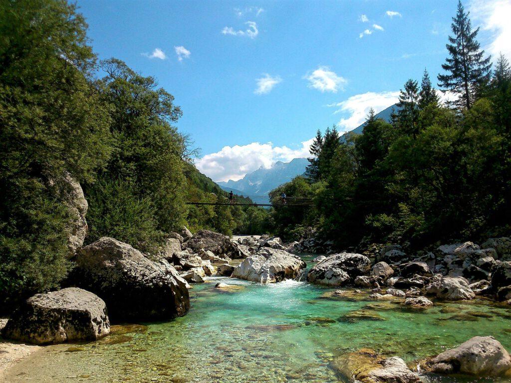 Groenblauwe rivier met grote rotsen er in