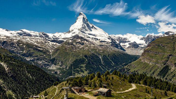 Driehoekige berg steekt boven landschap uit