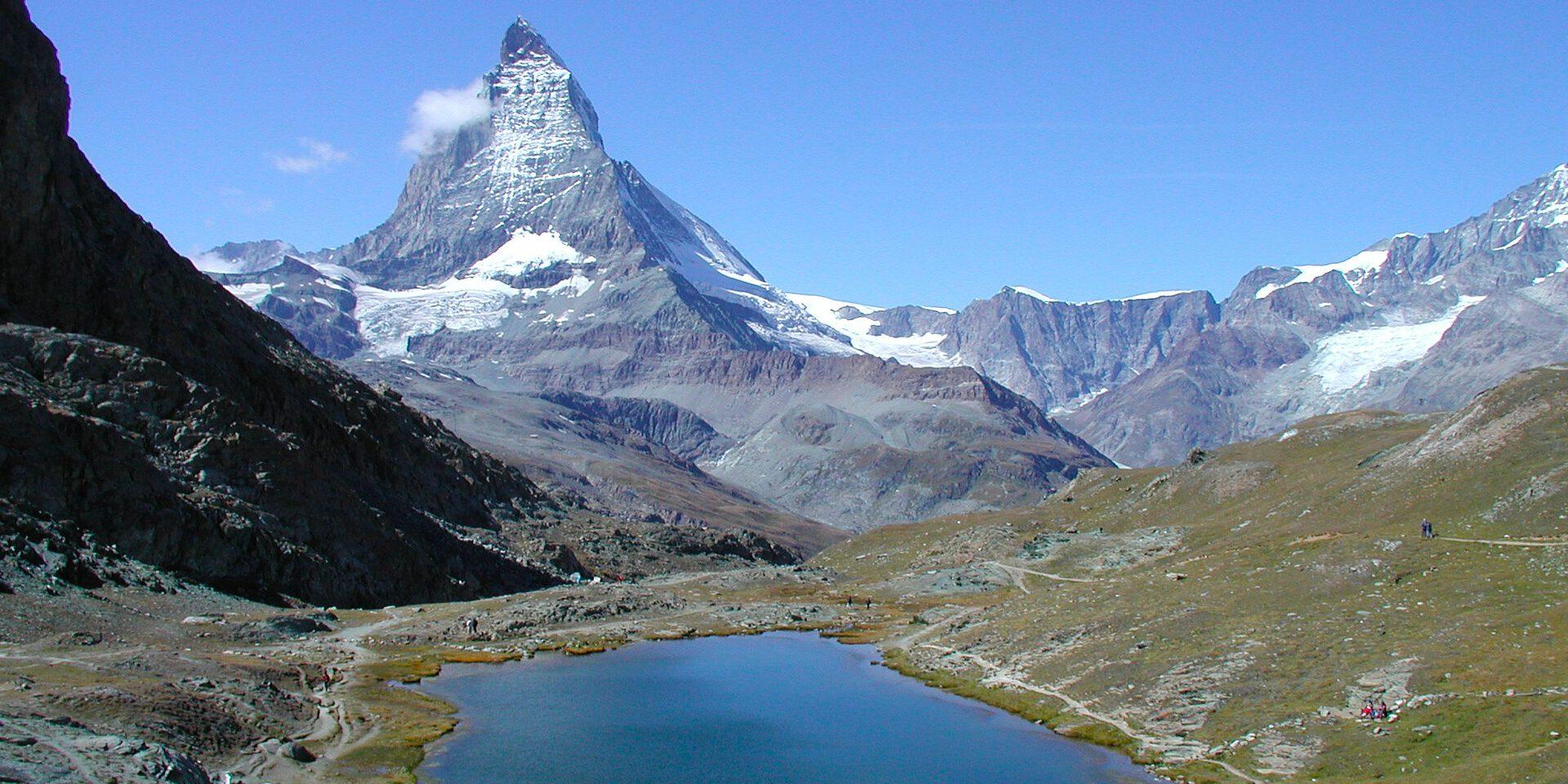Klein bergmeertje met op achtergrond driehoekige bergtop