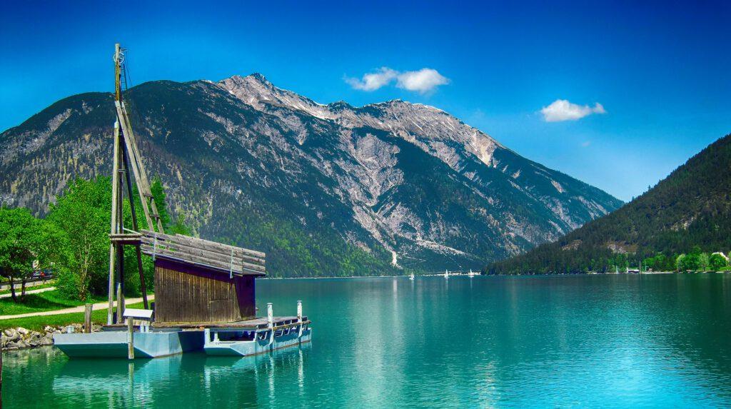 Boothuisje op meer in bergen