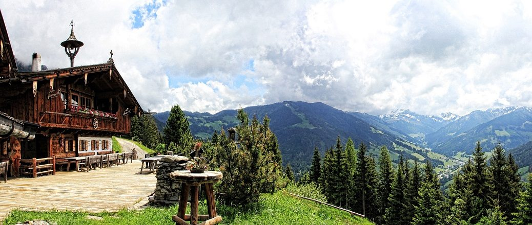 Hut in de bergen boven een dal
