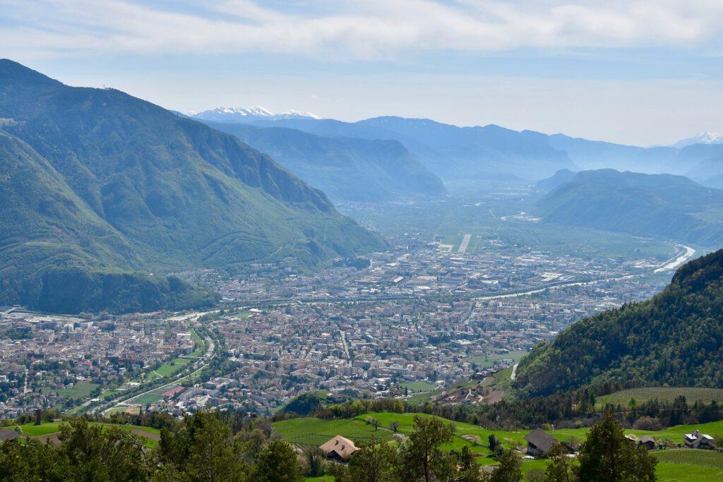 Uitzicht over dal met stad
