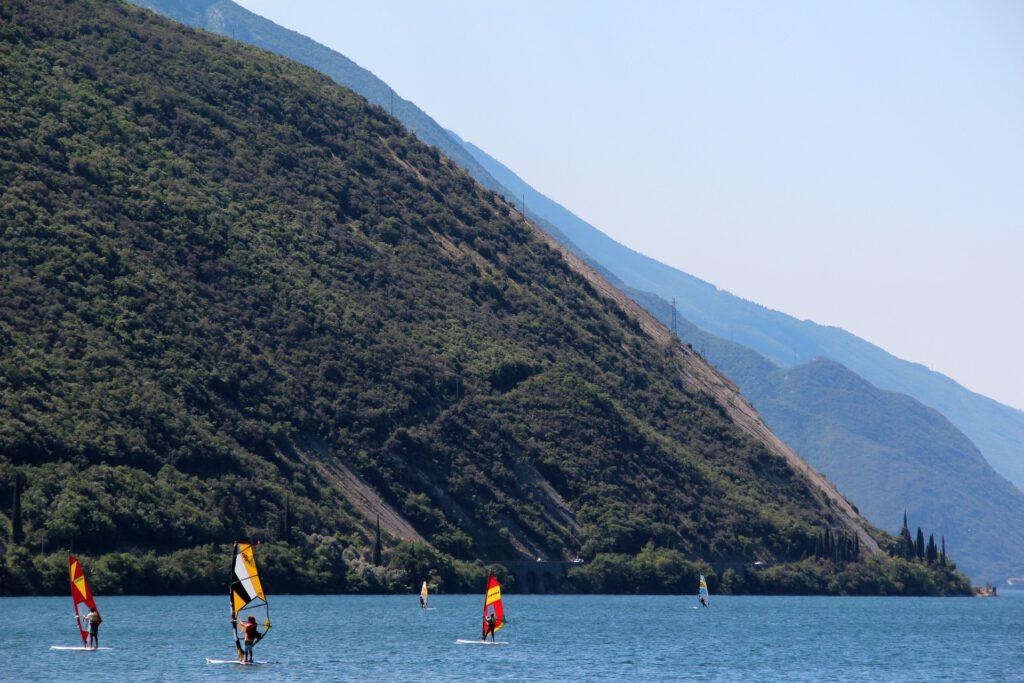 Windsurfers op meer in de bergen