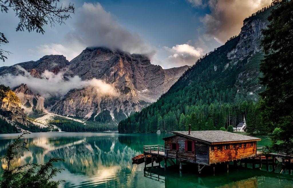Meer tussen de bergen