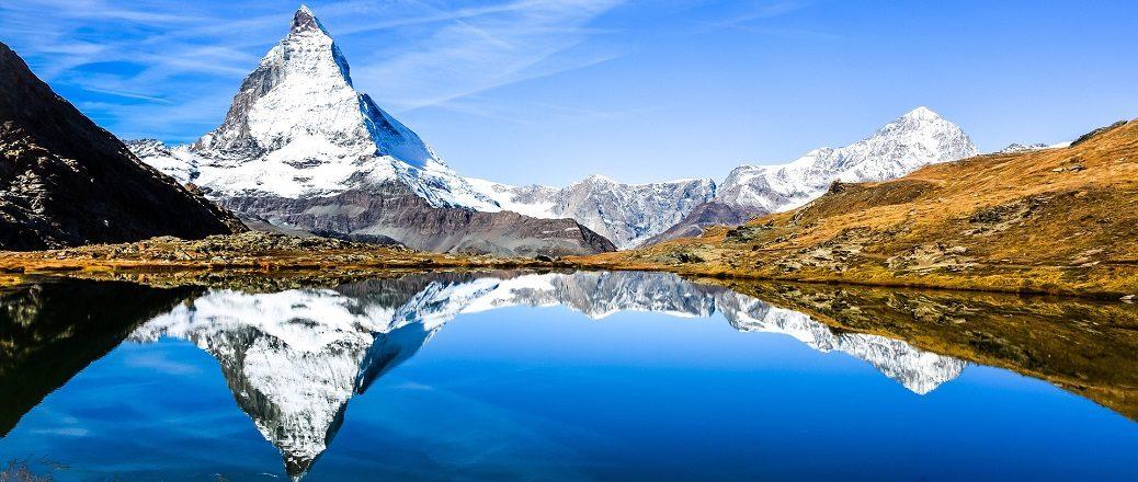 Berg met weerspiegeling in meer