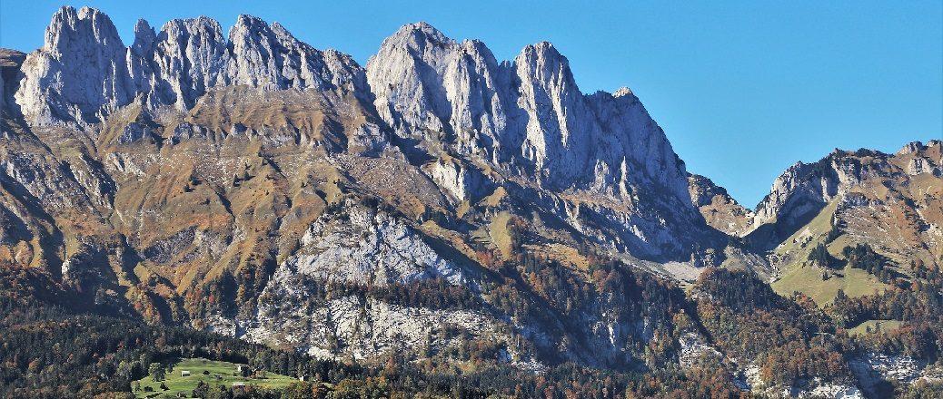 Ruige bergen met blauwe lucht