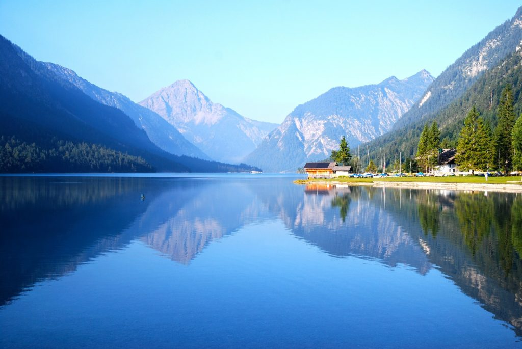 Blauw meer tussen de bergen