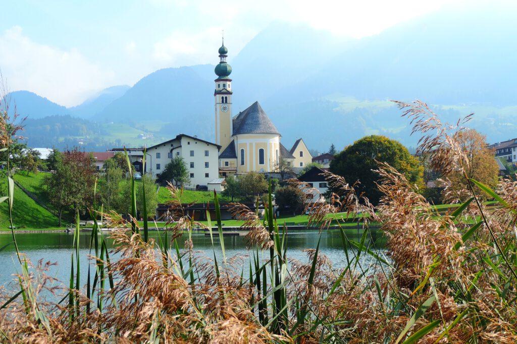 Dorp met kerkje in de bergen