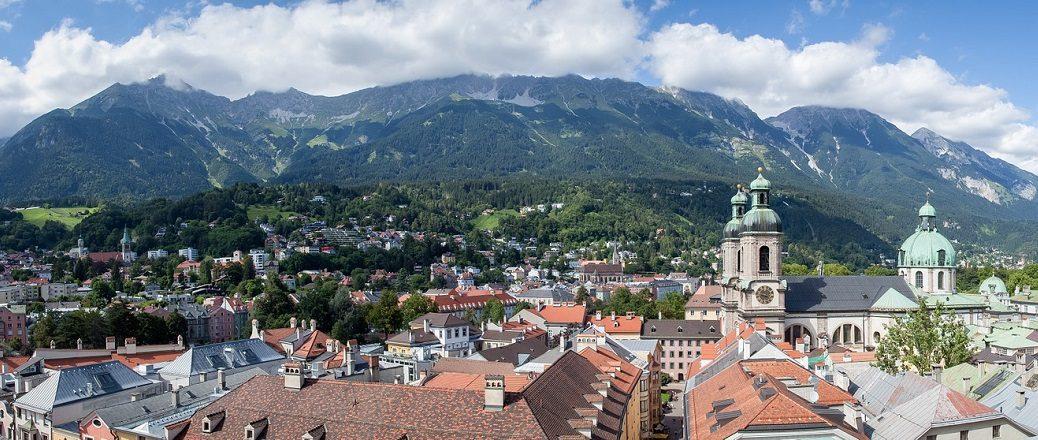 Stad met kerk in de bergen
